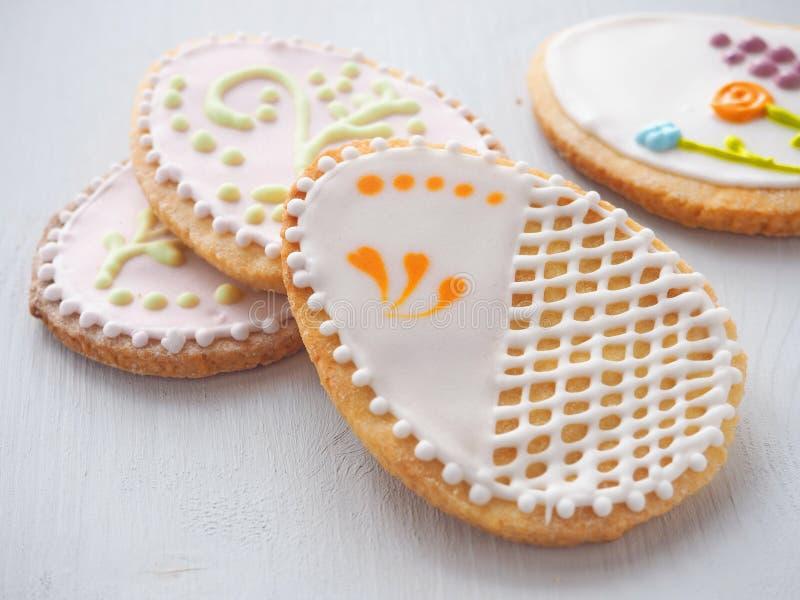 堆复活节糖屑曲奇饼给上釉与皇家结冰 库存照片