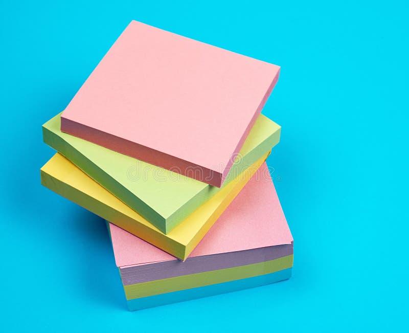堆多彩多姿的空的纸正方形贴纸 免版税库存图片