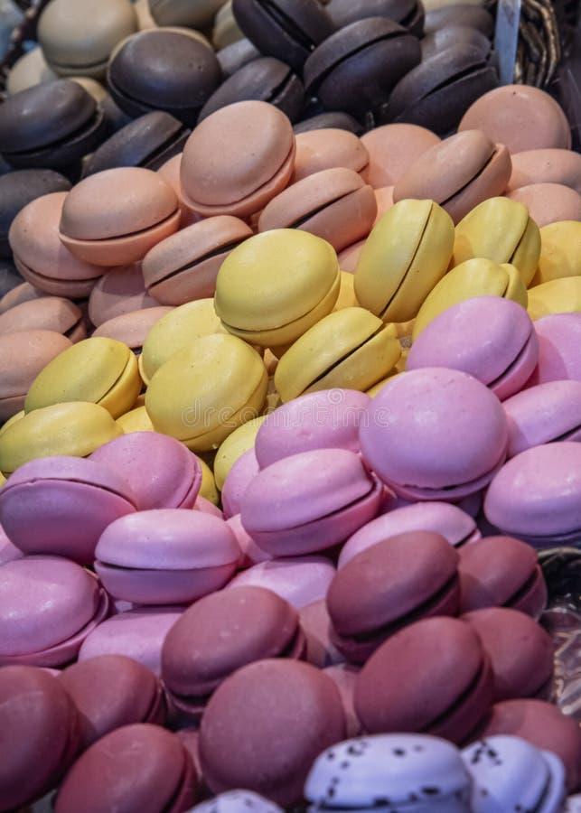 堆多彩多姿的蛋白杏仁饼干饼干 免版税库存照片