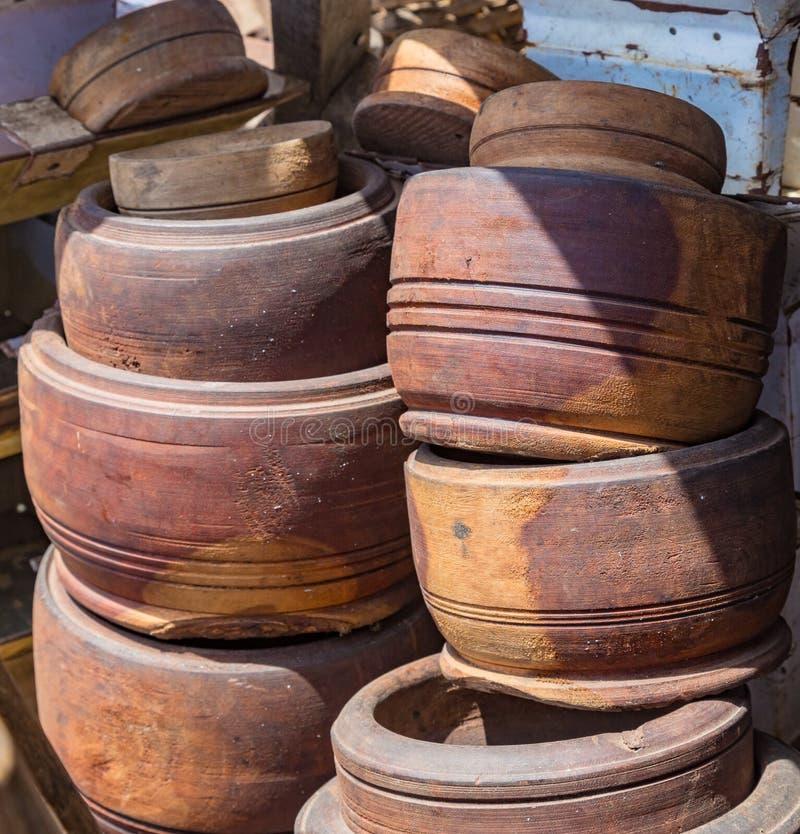 堆如在路旁棚子中看到的木灰浆在Lekki拉各斯尼日利亚 免版税图库摄影