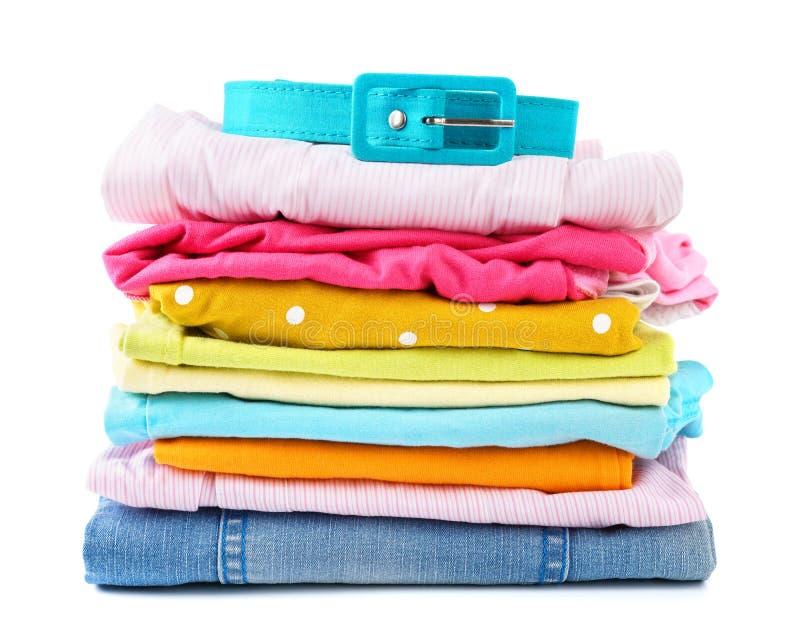堆孩子和青少年的被折叠的五颜六色的衣裳 免版税图库摄影