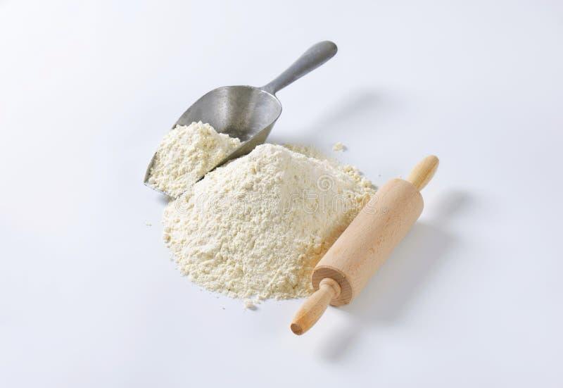 堆小麦面粉和滚针 免版税库存照片