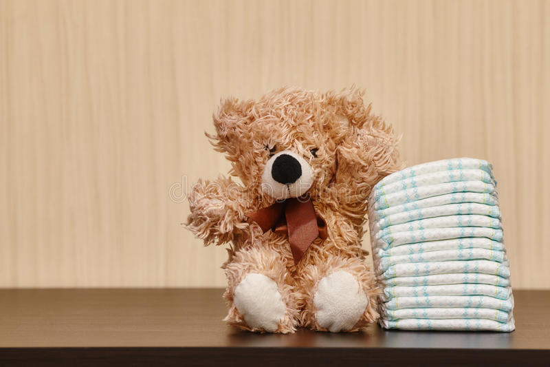 堆尿布或尿布与玩具熊 库存照片