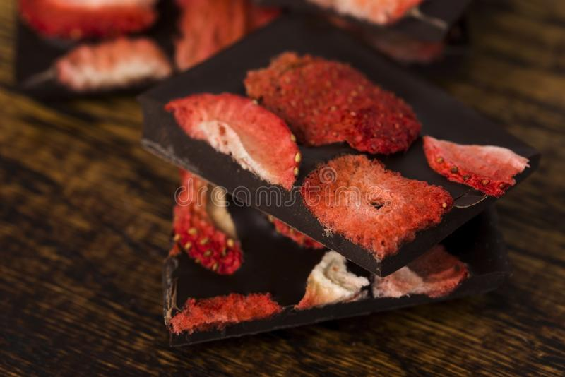 堆巧克力切片用草莓 免版税库存照片