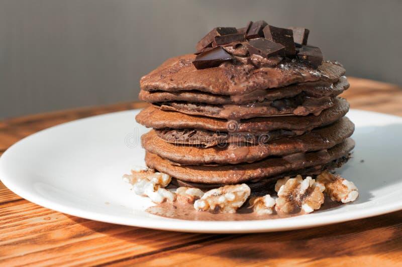 堆巧克力薄煎饼装饰用液体巧克力汁 免版税库存图片