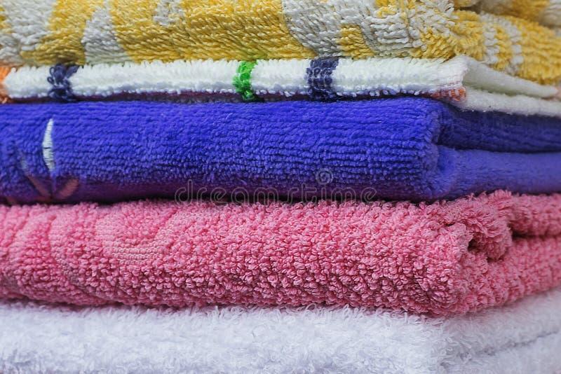 堆干净的多色的特里毛巾 库存照片