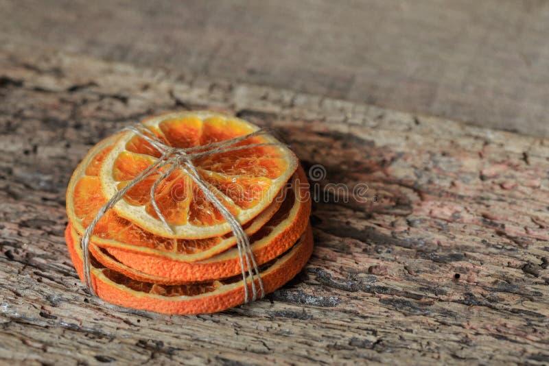 堆干切的桔子栓与在一张木桌上的一条灰色螺纹 图库摄影