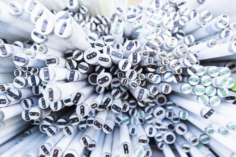 堆废弃的霓虹灯管 免版税库存图片
