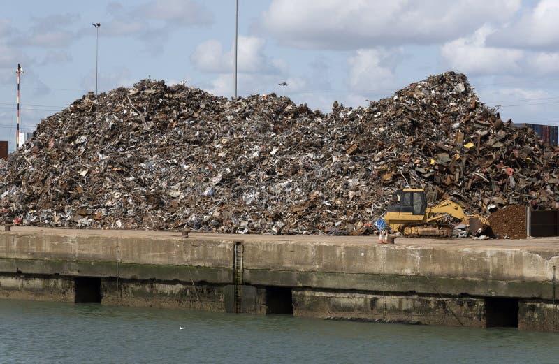 堆废金属在南安普敦靠码头英国 库存照片