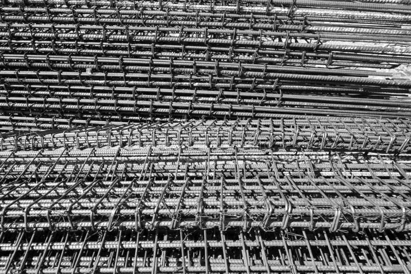 堆建筑背景的铁棍 库存图片
