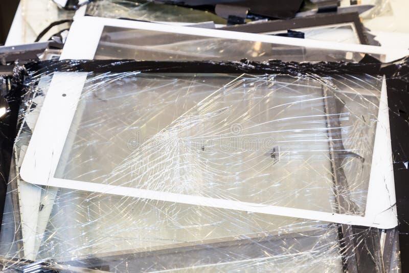 堆损坏的和被打碎的片剂垫屏幕 免版税库存照片