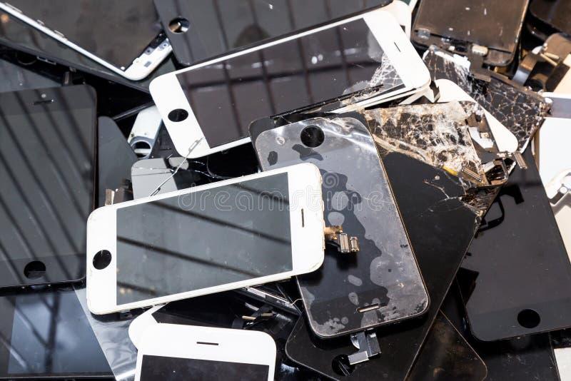 堆损坏的聪明的电话身体和破裂的LCD屏幕 库存图片