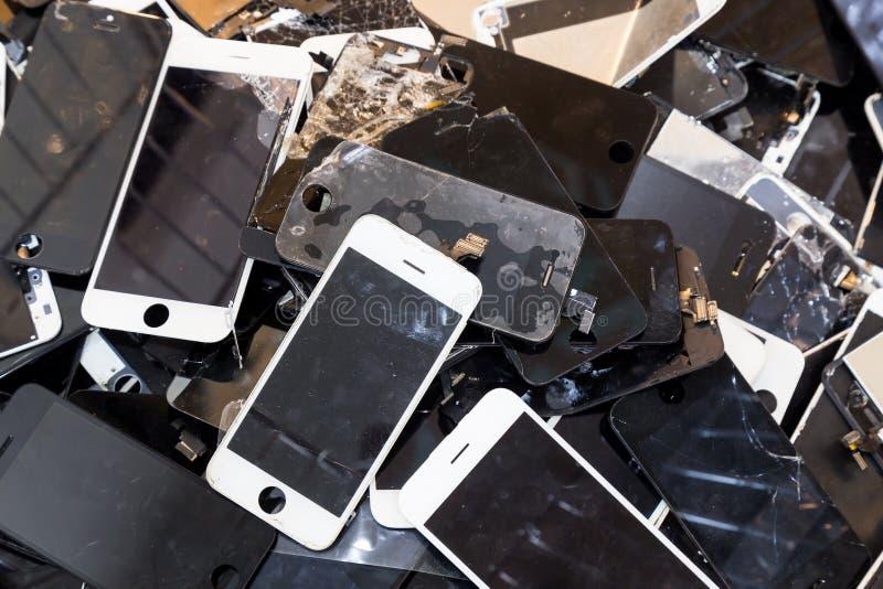 堆损坏的聪明的电话身体和破裂的LCD屏幕 免版税库存图片