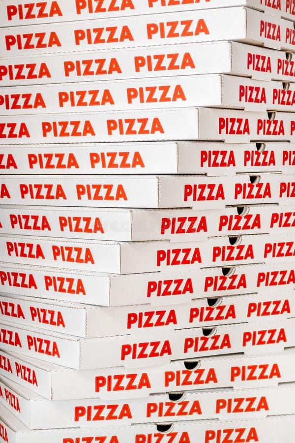 堆新的纸板比萨箱子 免版税库存图片