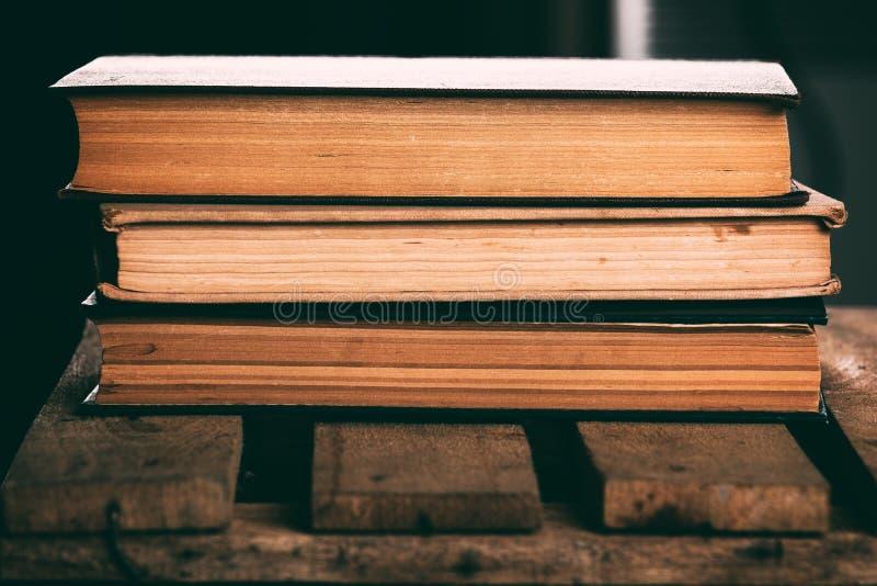 堆旧书 免版税库存图片