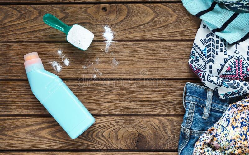 堆有洗涤剂和洗衣粉的衣裳 库存图片