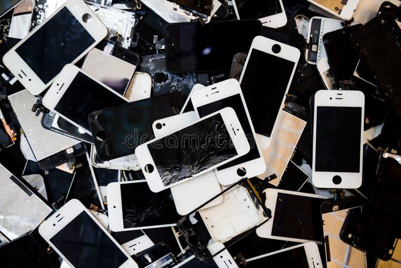 堆有破裂和损坏的LCD屏幕的巧妙的电话 库存图片