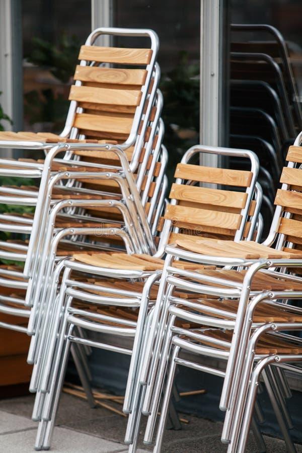 堆木椅子 免版税库存照片