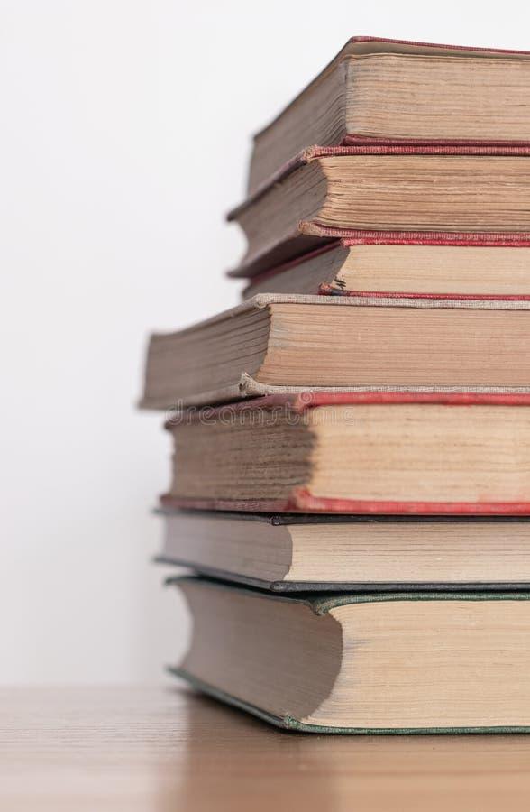 堆木表面上的老多灰尘的书 免版税图库摄影