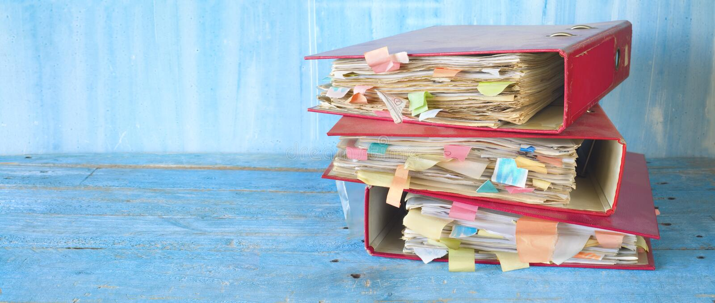 堆杂乱文件夹和文件,繁文缛节,官僚概念 免版税库存照片