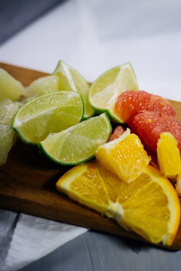 堆柑橘水果切片 桔子和柠檬石灰, grapefr 库存照片
