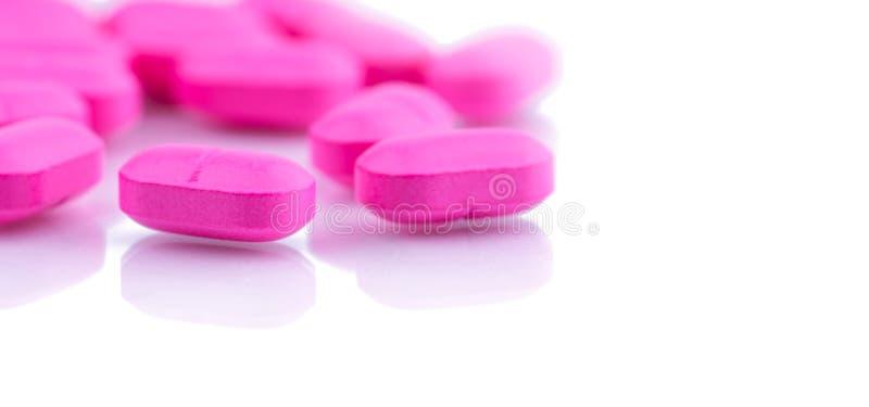 堆桃红色压片在白色背景隔绝的药片 治疗膀胱炎的诺氟沙星400毫克 抗菌药抵抗 库存照片