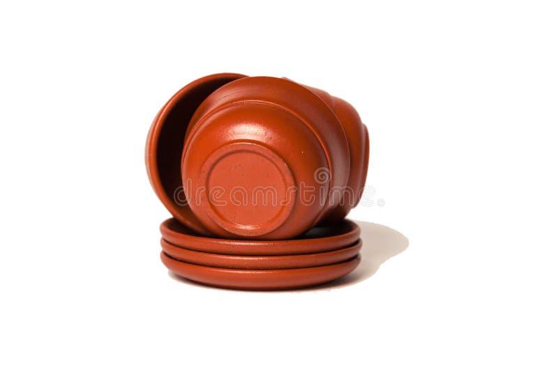 堆棕色黏土杯子和板材 茶道,增殖比的概念 图库摄影