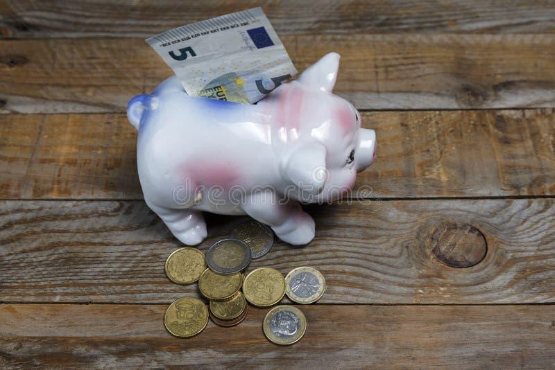 堆欧洲硬币和存钱罐 免版税库存照片