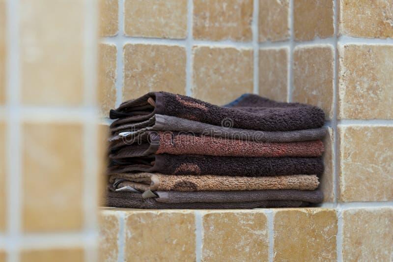 堆毛巾在卫生间里 免版税库存图片