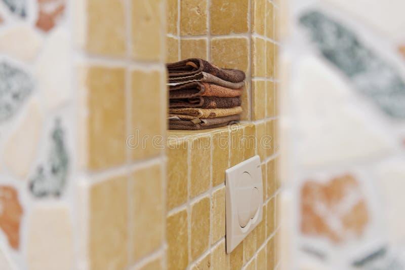 堆毛巾在卫生间里 免版税库存照片