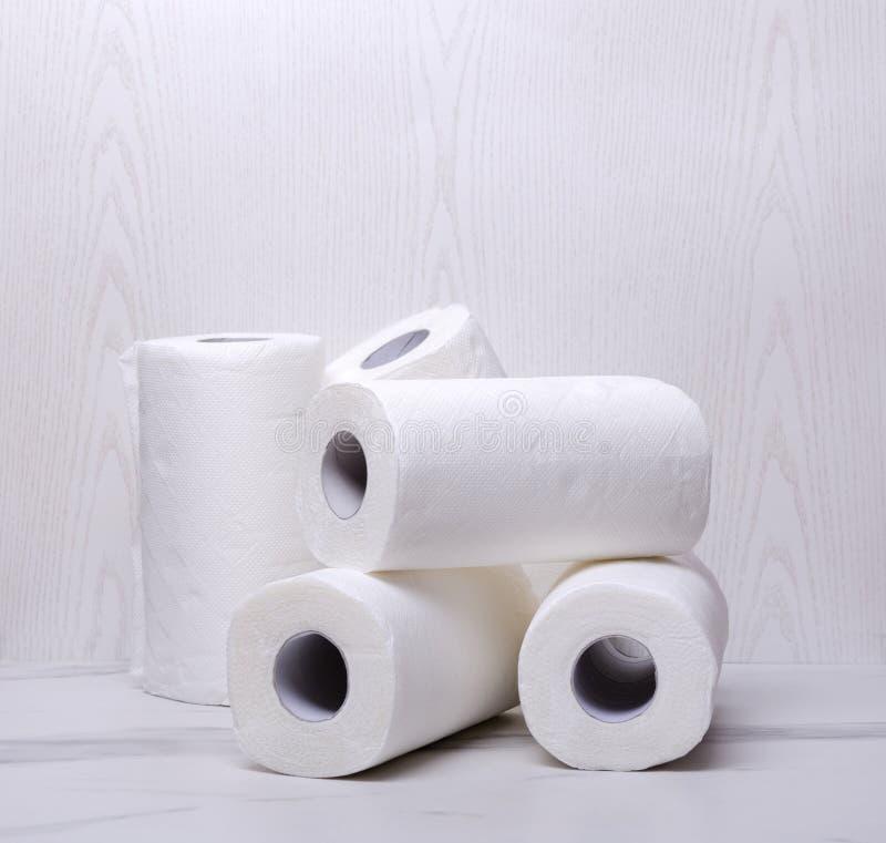 堆毛巾纸 清洗的房子白色和软的卷纸 库存照片