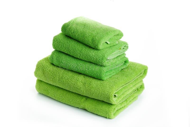 堆毛巾绿色在白色背景隔离 免版税库存照片