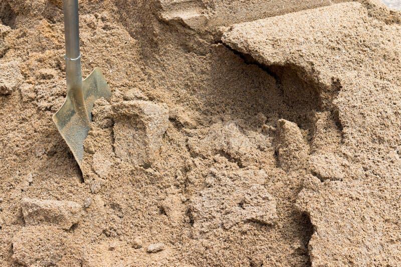 堆沙子和铁锹建筑的 免版税库存图片
