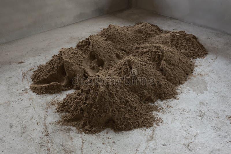 堆沙子在建造场所准备了混合水泥混凝土 免版税图库摄影