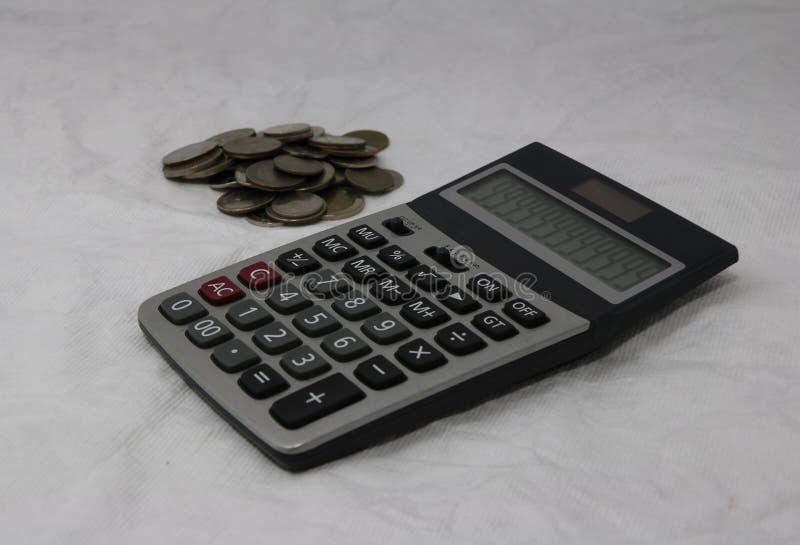 堆泰国浴硬币和计算器在白色背景 舱内甲板,使用作为金钱,计算器 库存图片