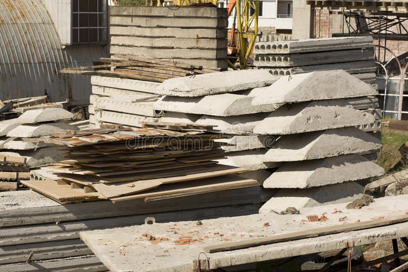 堆混凝土板和在建筑的金属板坐 免版税库存照片