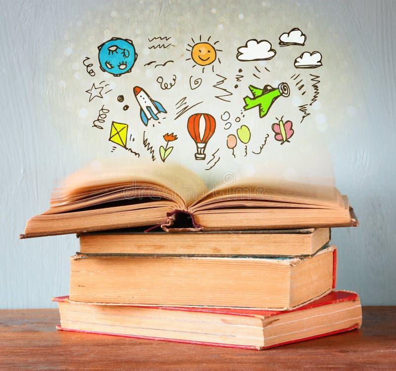 堆照片旧书 顶面书是开放的与套infographics 想象力和教育概念 免版税库存图片