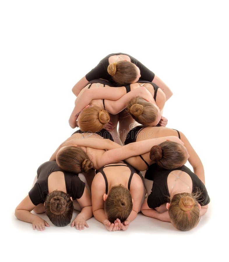 堆现代金字塔楼梯的舞蹈家身体 免版税库存图片