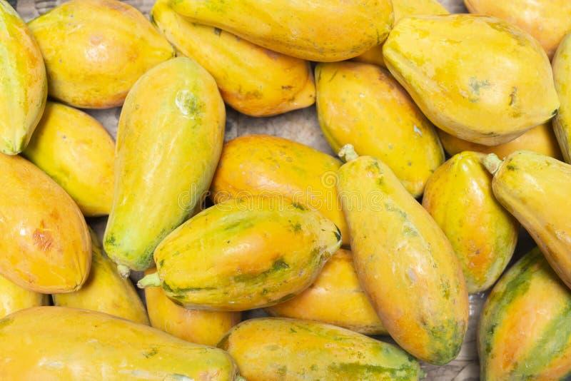 堆番木瓜在市场上 免版税图库摄影