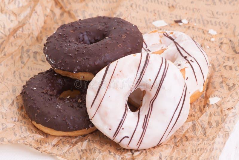 堆白色和黑暗的巧克力油炸圈饼 免版税库存照片