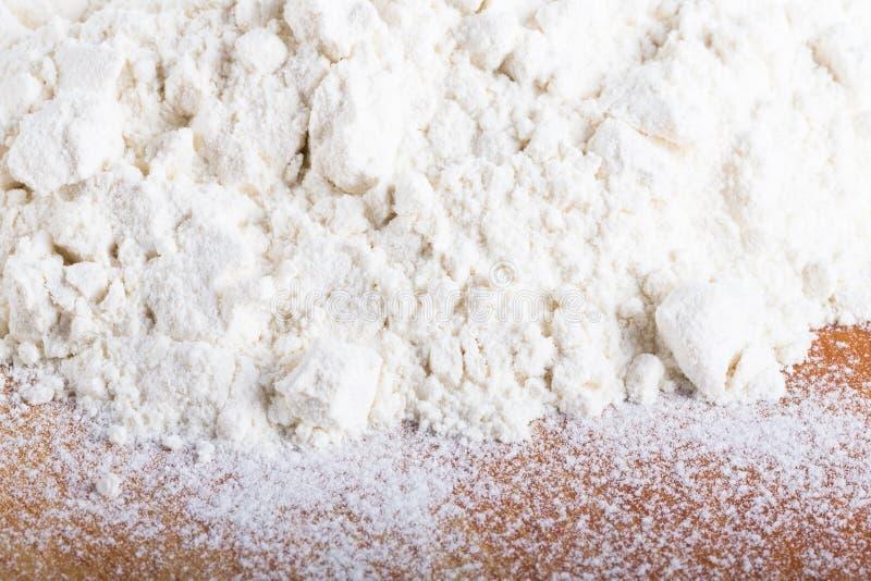 堆白色小麦面粉在老被佩带的切开的bo驱散 免版税图库摄影