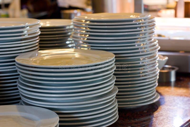 堆白色瓷大板材在餐馆 免版税库存照片