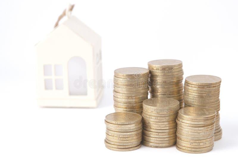 堆的微型房子硬币 投资物产的概念 在信用的住房 免版税库存图片