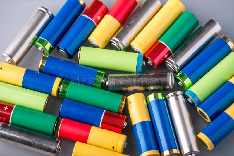堆的特写镜头颜色使用了碱性AA电池 概念回收生态的有害的物质 库存图片