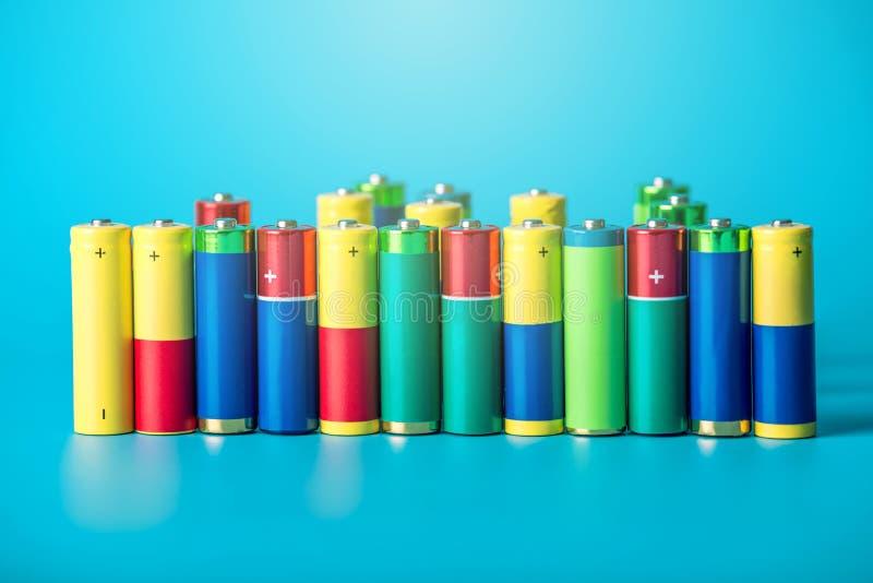 堆的特写镜头颜色使用了碱性AA电池 概念回收生态的有害的物质 免版税库存图片
