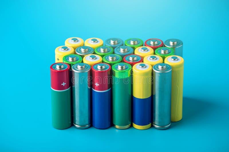 堆的特写镜头颜色使用了碱性AA电池 概念回收生态的有害的物质 免版税库存照片