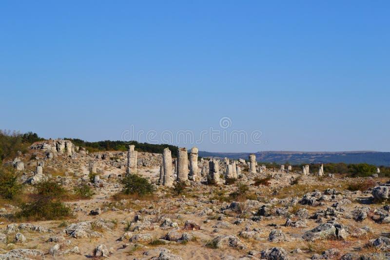 堆石头在热的沙子明亮的蓝天驱散了 库存照片
