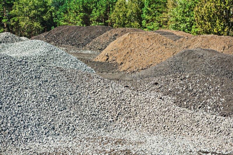 堆石渣和混杂的沙子在建筑 免版税库存照片