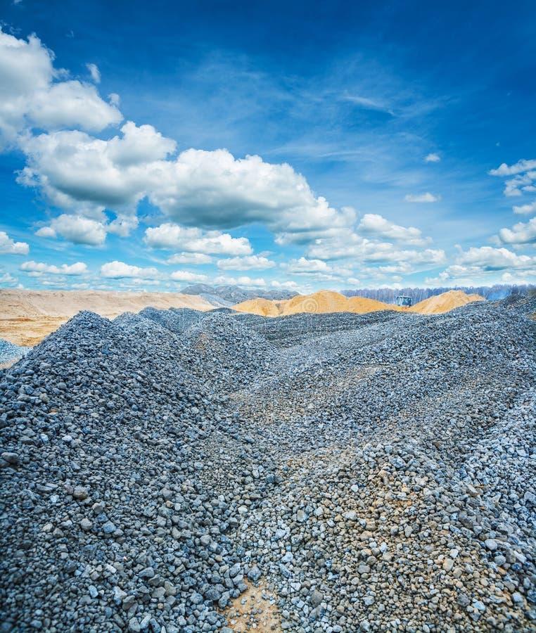 堆石渣和建筑沙子 图库摄影