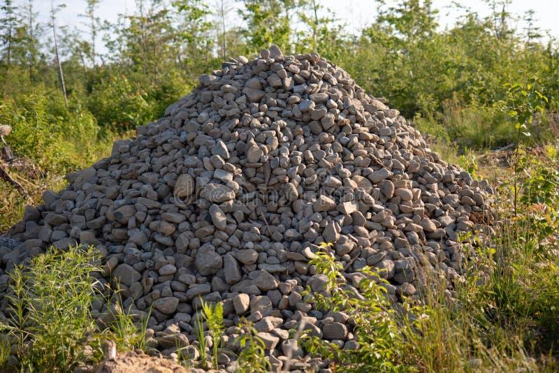 堆石渣在修造的夏天 免版税库存图片